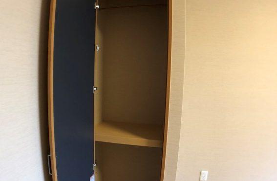 上下に分かれているので下には荷物、上には小さな棚を置くなどの工夫が必要
