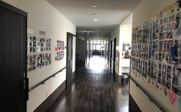 広々とした通路で壁にはレクリエーション風景の写真が飾られています。