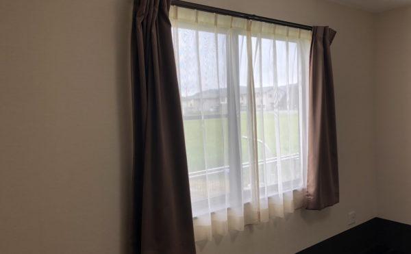 大きな窓からは光がたくさん入ります。カーテンのサイズは縦150cmの物が無料で付いてます。