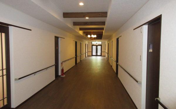 廊下の広さは非常に広く、車椅子でも楽々にすれ違えます