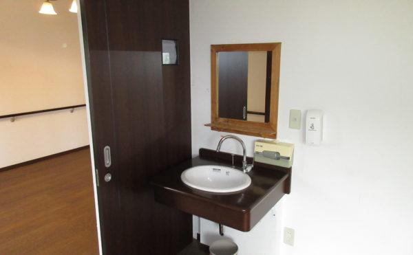 居室洗面 洗面の下は空間がありますので車椅子でも使いやすいです