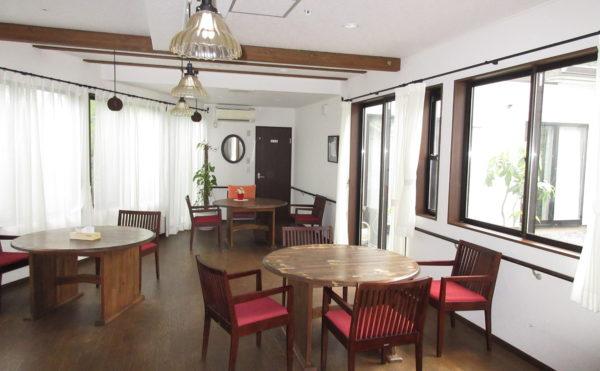 談話室(食堂) 食堂も木材がふんだんに使われていますので落ち着きのある雰囲気です