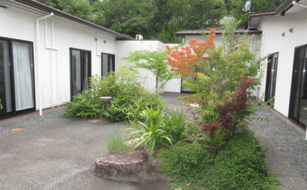 中庭は山水風になっており夜間はライトアップされます