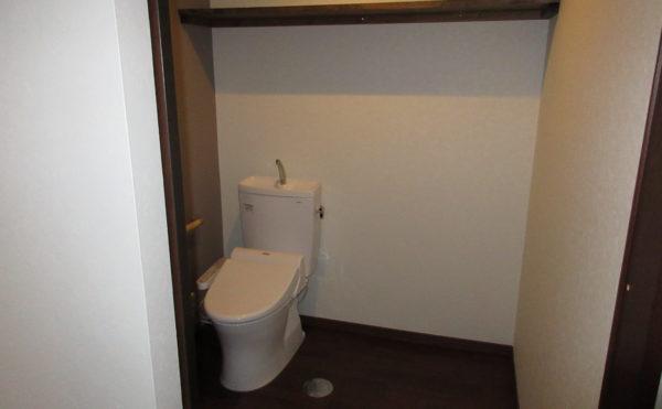 トイレの扉はカーテンタイプのお部屋と扉タイプのお部屋がございます