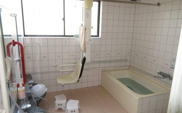お風呂はリフトもあるので安心して入浴できます