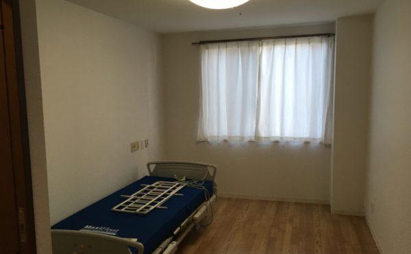 エアコン、カーテン、照明、介護ベッドが付いています。