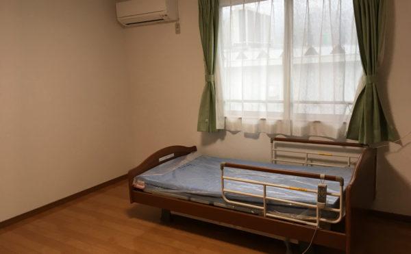 他の施設より広めの居室。エアコン、介護ベットがついてます。