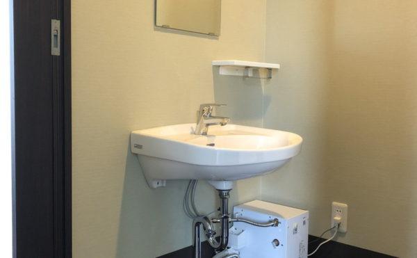 洗面台はトイレ内にあります。車椅子での利用も可能で水温調節は施設スタッフによる管理となります。