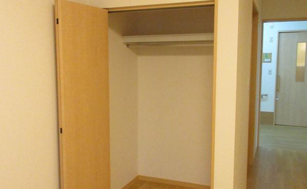 洋服をハンガーで掛ける部分と物置スペースがあるので持ち込み家具不要