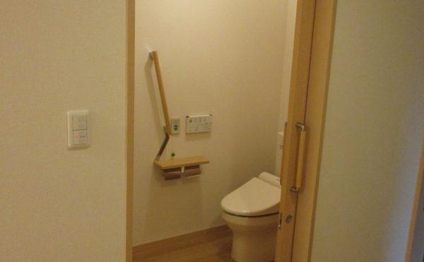トイレの入り口は約90センチと車いすでも楽には入れる設計