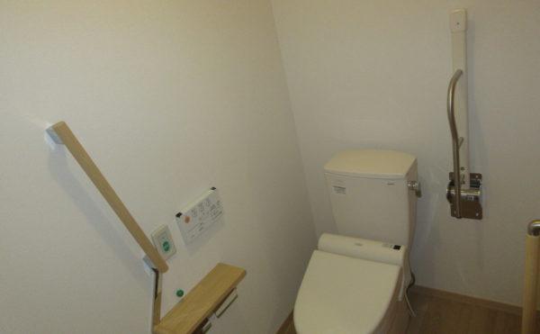 2階フロアはトイレ内に手すりが付いてます。また、1回フロアの居室内トイレは入り口がカーテンとなっており介護がし易い設計