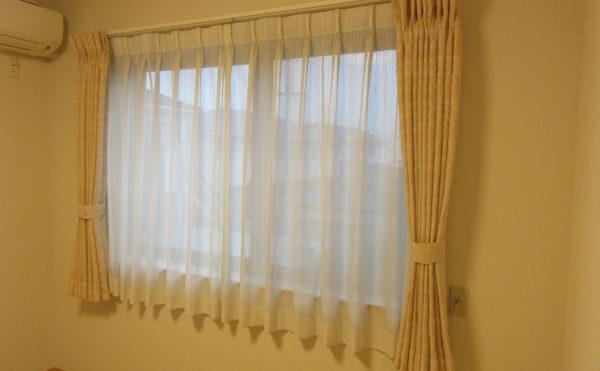 防炎カーテンは初めから付いてます。変更する場合は150センチのものを選ぶとちょうどよいです。