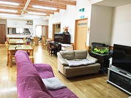 共有のリビングになります。床も腰板も天然木で、温もりが伝わります。こちらでお食事をとります。