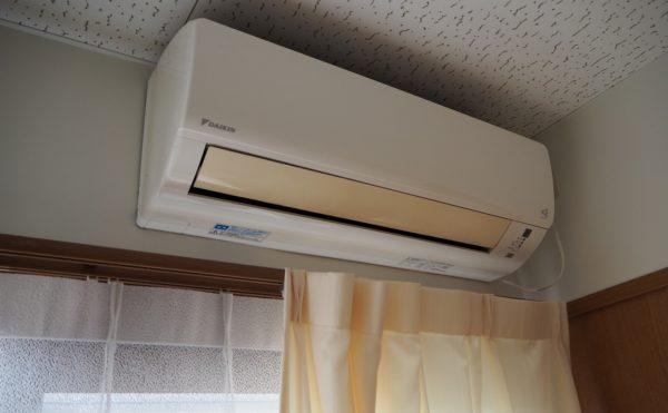 居室にはエアコン・カーテンが標準で付いています。