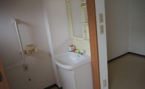 居室内の洗面台はトイレスペースにあります。