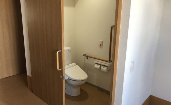 広さも設備も介護に適した設計のトイレです。