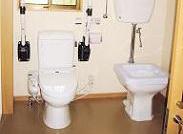 グループホーム内に2ヶ所あり、車椅子の方も対応できます。立ち上がりやすいようにバーも設置しています。