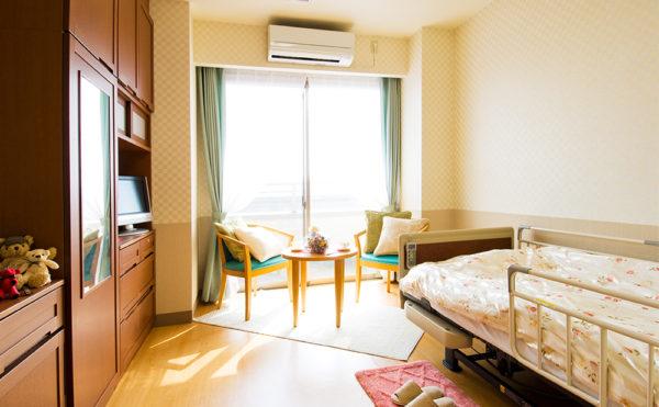 約11畳の居室はベットや椅子、テーブル、収納などが標準で設置されてあります。