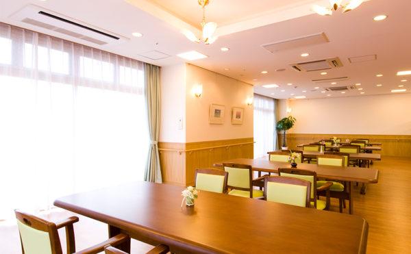 キッチン併設の食堂。こだわりの調理方法でおいしい食事を提供
