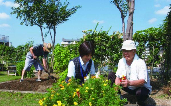 ご希望の方には花を育てたり、野菜を作ったりする農園スペースを提供しています。 限られたスペースではありますが、季節ごとに咲くきれいな花や立派な野菜を栽培されていて、菜園活動は皆様の生きがいにもなっています。