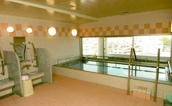 鶴形山、倉敷市街を一望できる展望浴場。 ちょっとした温泉気分を味わっていただけるように、ヨーロッパ流炭酸泉浴を用意しています。