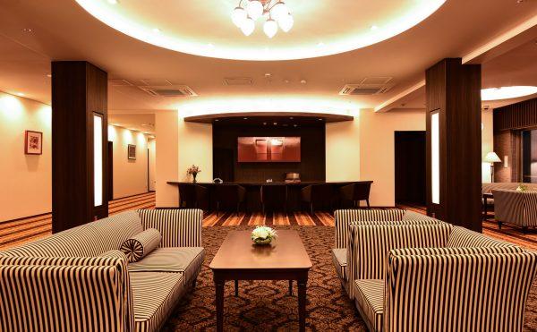 ホテルを思わせるような上質の空間です。高い天井から差し込む陽の光と心地よいピアノの音色が、落ち着きのある空間を演出しています。
