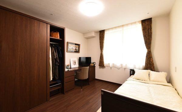 全居室には安心感を高めるために、超低床のベッドを導入しています。お手洗いは出入りがしやすいように、全開方式ドアを設置しています。