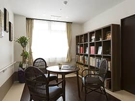 入口脇のちょっとしたスペース。 相談室は別にありますが、ゆったりと読書するのも、スタッフと相談する際にお使いいただけます。