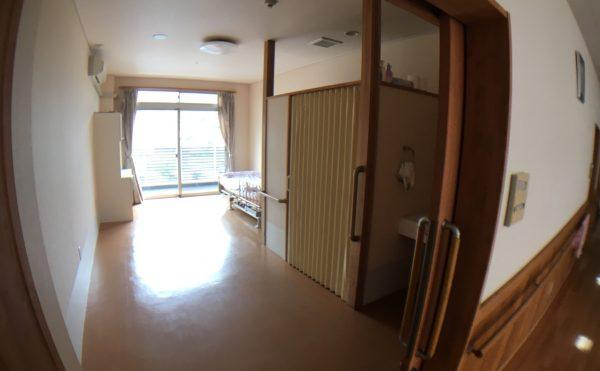 居室費用54,000円/30日の場合、広さは18.04?介護ベット、エアコン、防火カーテン、洗面台、トイレ付
