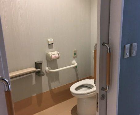 トイレのドアは車いすでも入りやすい十分な広さがあり、トイレ内も車いすで入れるので介護の負担もありません。