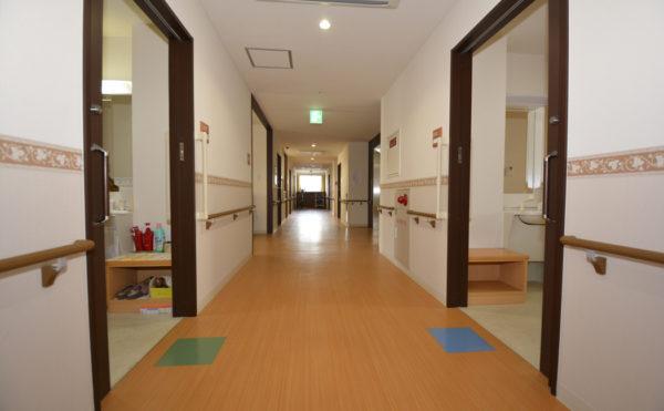 対面歩行も可能な広い空間をご用意しております。