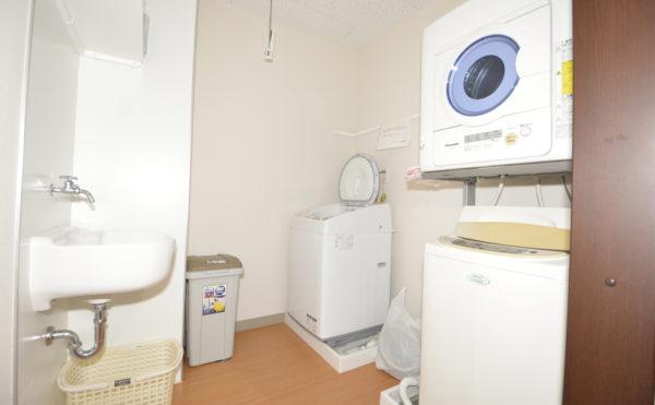 共有洗濯機も常備しております。入浴時に合わせて、洗濯物をお出しください。
