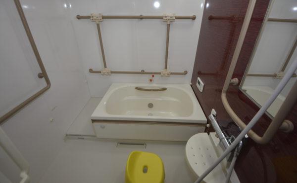 共有のお風呂になります。(お一人で入浴できる方用になります。)