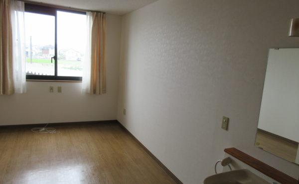 お部屋の内装になります。要介護3以上の方は介護ベッドを無料で提供いたしております。