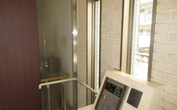 玄関にありますインターホンが居室につながります
