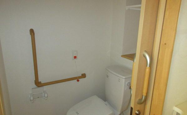 居室のトイレ もちろんバー完備です