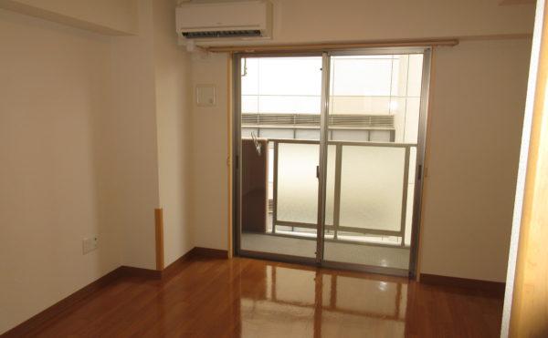 居室の窓は大きくしっかりと光が入るタイプです