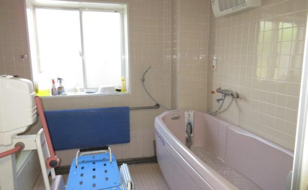 お風呂には機械浴もあります