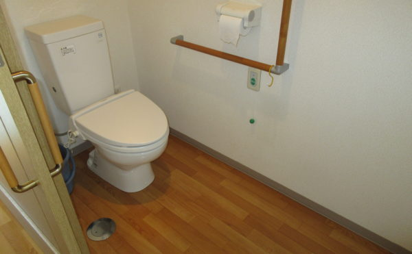 居室のトイレは車いすでも広々としています