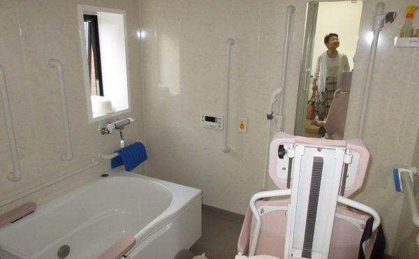 お風呂は機械浴もあります。