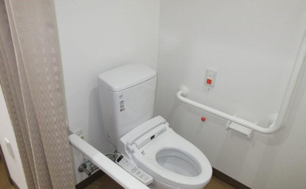 個室のトイレは車いすでも入りやすいように扉はカーテンタイプになります