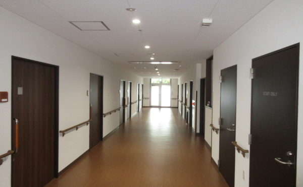 居室に続く廊下も非常に広く、車いすでも楽々にすれ違えます
