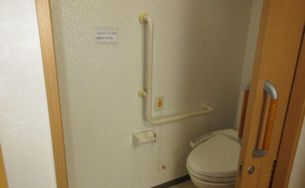 トイレの入り口は約85センチ。車いすでも入りやすい設計