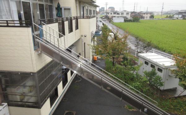 避難スロープ。万が一の避難に関しても訓練により安全を確保できます。