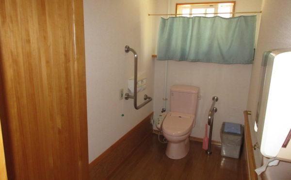 トイレは共有になっています。トイレに行く際も介護のスタッフが目が届くので安心です。