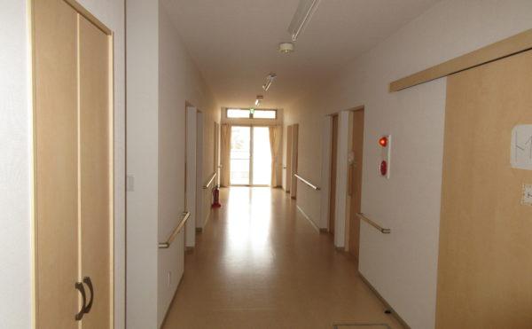 居室に続く廊下も明るいです