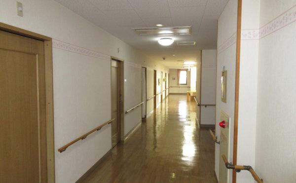 居室の廊下も広々としていて車椅子でも楽々とすれ違えます