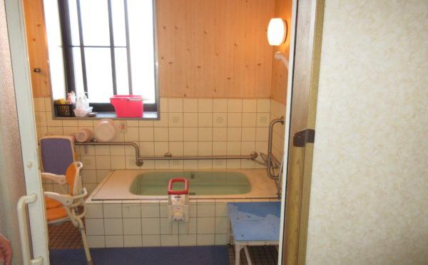 お風呂は個浴タイプで職員が付き添わせて頂きます。
