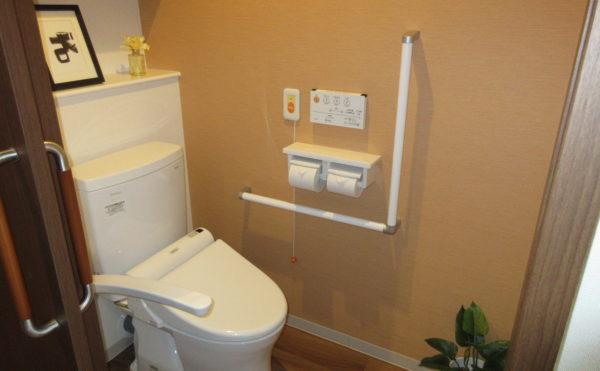 居室にはトイレが付いています。トイレもバーが付いているので安心です。