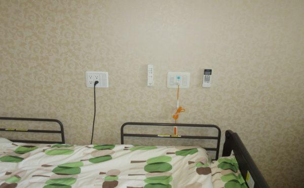 ベッドサイドにはナースコールもついています。